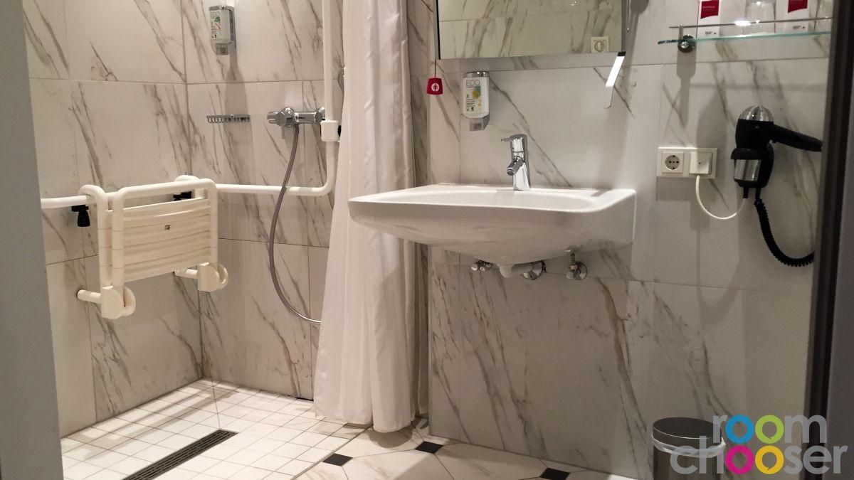 Accessible hotel room Austria Trend Parkhotel Schönbrunn, 3001 3003 3005 3007, View into the bathroom