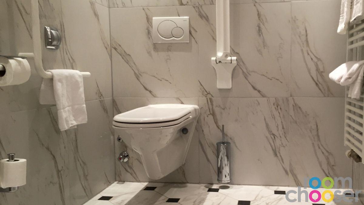 Accessible hotel room Austria Trend Parkhotel Schönbrunn, 3001 3003 3005 3007, Toilet