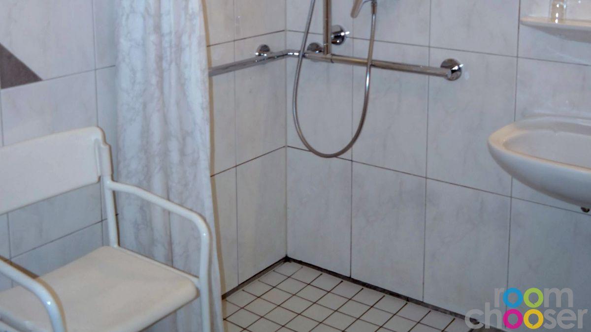 Accessible hotel room Das Grüne Hotel zur Post, 103, Shower