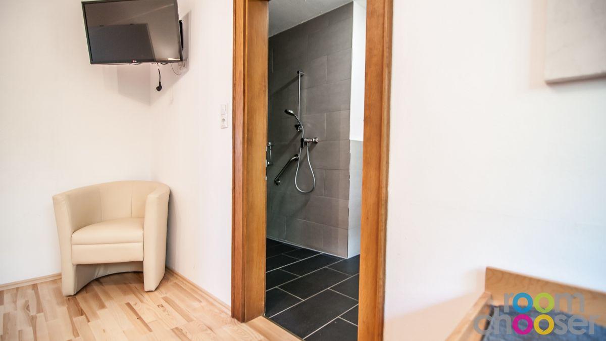 Accessible hotel room Ferienwohnungen Wartbichler, 1, View into the bathroom