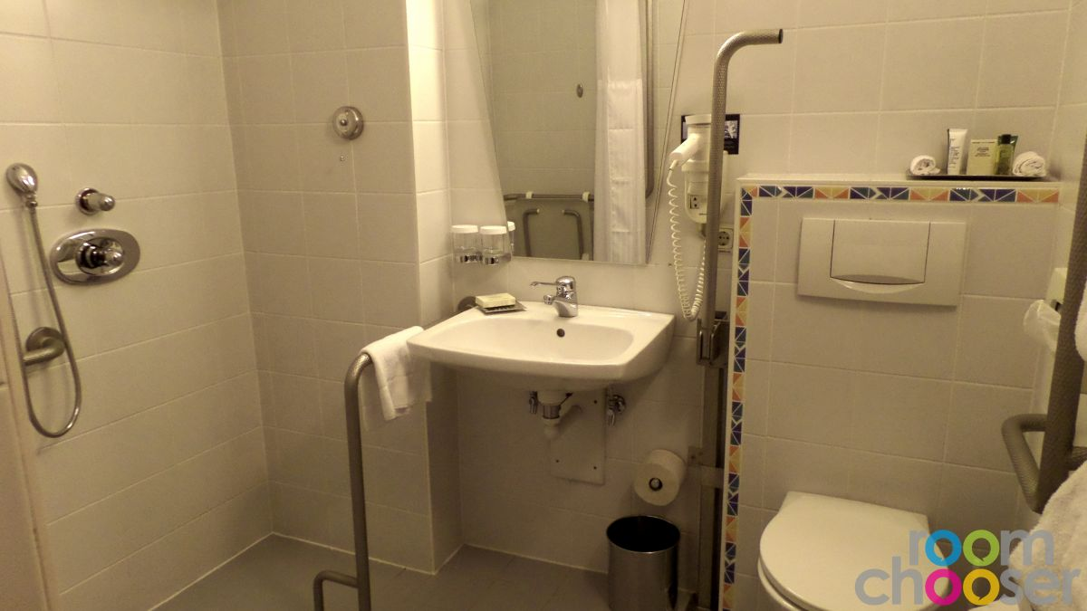 Accessible hotel room TC Hotel, 814, View into the bathroom
