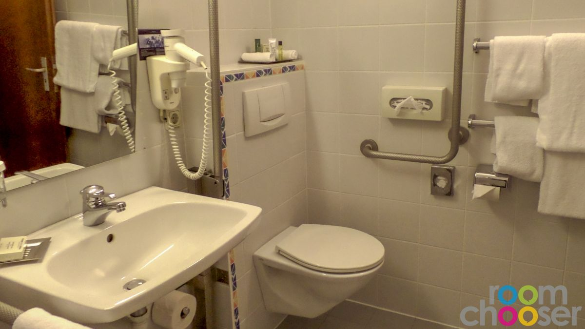 Accessible hotel room TC Hotel, 814, Toilet