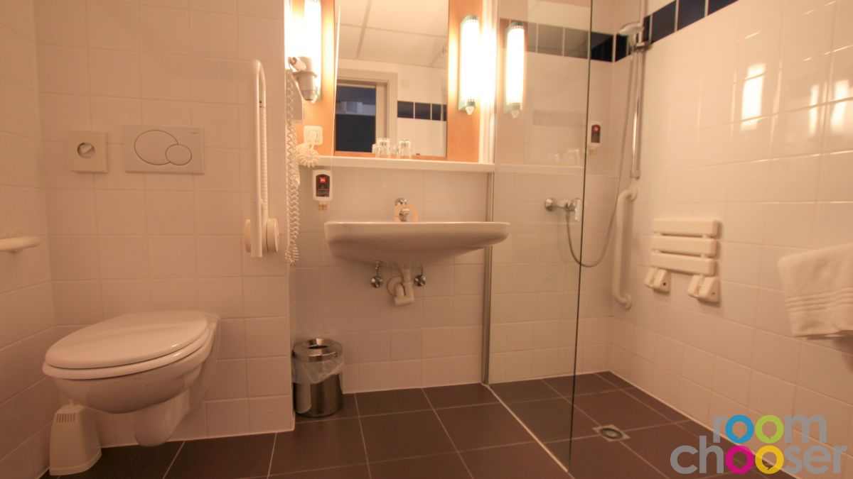 Accessible hotel room ibis Wien Mariahilf, 118, View into the bathroom