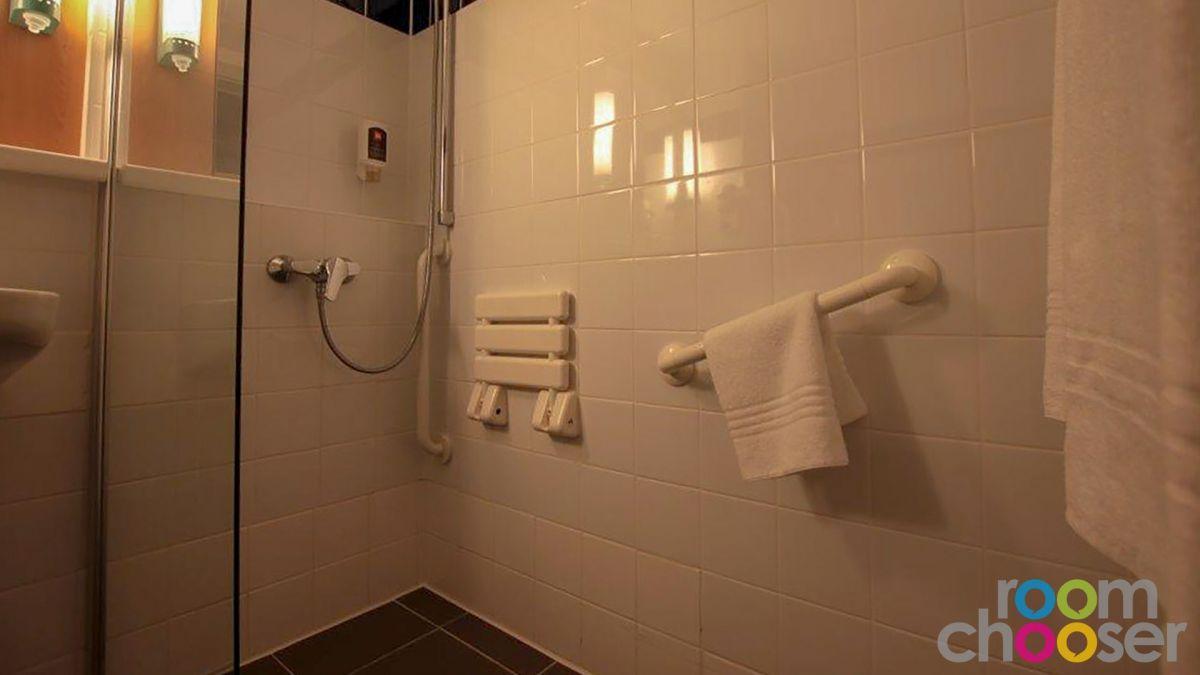 Accessible hotel room ibis Wien Mariahilf, 118, Shower